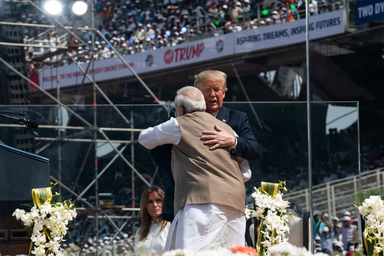 Narendra-Modi-Donald-Trump-brotherly-embrace-Motera-Stadium-Ahmedabad-India-Indien-Wirtschaftsinteressen-strategische-Partnerschaft-Hegemonialmaeachte